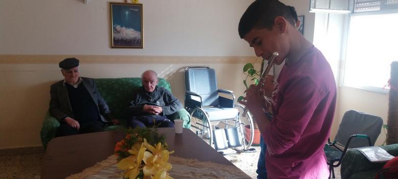 I bambini e gli anziani costruiscono il futuro dei popoli